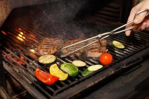 carne e vegetais na grelha