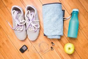 par de tênis e acessórios de fitness. conceito de fitness foto
