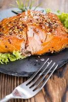pedaço de salmão defumado foto