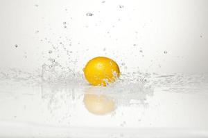 limão e respingos de água foto
