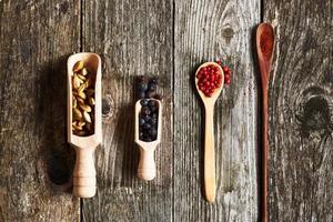 especiarias sobre fundo de madeira foto