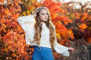 mulher jovem e bonita com cabelo encaracolado contra um fundo de foto