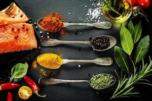 deliciosa porção de filé de salmão fresco com ervas aromáticas, foto