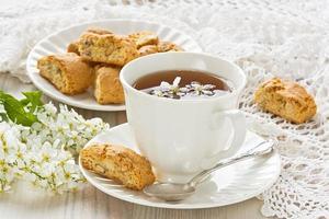 xícara de chá de cereja de pássaro foto