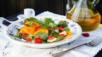 salada fresca com tomate, figo, manjericão e rúcula foto