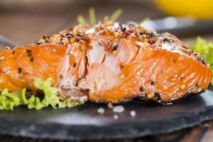 porção de salmão defumado foto