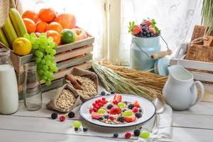 flocos de aveia saudáveis com frutas vermelhas e leite foto