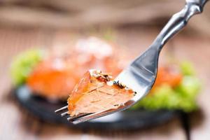 salmão defumado com especiarias foto