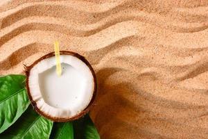 coco na areia da praia foto