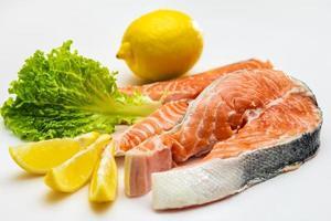 bife de peixe vermelho salmão cru foto