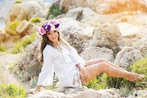 bela jovem com coroa de flores foto