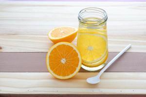 caneca de água cítrica com infusão de laranja foto