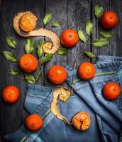 tangerinas com folhas em fundo azul de madeira rústica