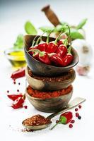 chili peppers com ervas e especiarias foto