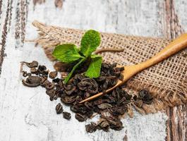 chá verde com folha de hortelã foto