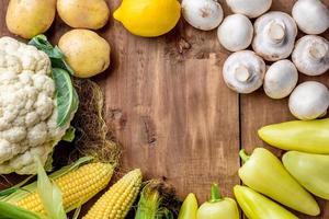 os vegetais multicoloridos na mesa de madeira