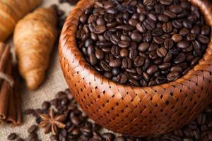 grãos de café torrados em uma cesta de bambu