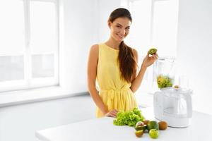 nutrição saudável. mulher com suco de smoothie de desintoxicação. comer refeição dietética foto