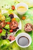 Salada de tomates de verão com azeite e vinagre balsâmico foto