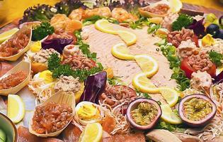 saboroso prato de peixe de salmão e camarão foto