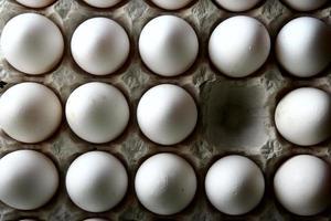 um ovo faltando em uma bandeja de ovos ou caixa de ovos