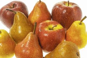 conjunto de maçãs molhadas e peras molhadas