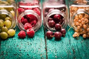 frutas frescas no verão, fundo de madeira, alimentos saudáveis. foto