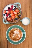 granola café da manhã em tigela verde foto