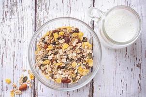 cereal delicioso e saudável em uma tigela com leite