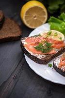 sanduíche com salmão no café da manhã foto