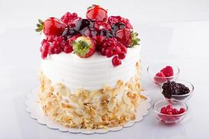 bolo de frutas em branco foto