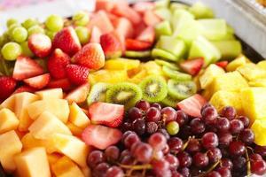 salada de frutas frescas servida em festa de aniversário foto