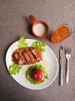carne de vitela com bacon foto