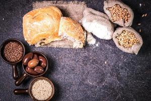 pão fresco na mesa de madeira foto