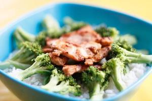 tigela azul cheia de arroz fresco e vegetais foto