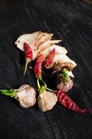 salo com especiarias, alho e pimenta vermelha foto