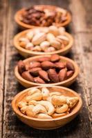 misture nozes na mesa de madeira, comida vegana saudável.