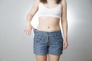 mulher em jeans de tamanho grande, conceito de perda de peso foto