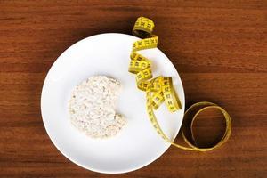 um waffle de arroz em um prato e fita métrica. foto