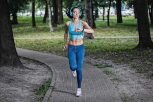 cronometrou o treino. bela mulher fitness corrida corrida foto