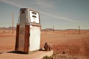 velha bomba de gasolina deserta foto
