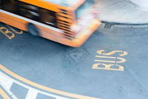 ônibus em movimento borrado na estrada da cidade foto