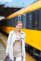 bela jovem em uma estação de trem foto