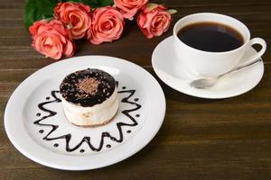 bolo doce com chocolate no prato em close-up tabela