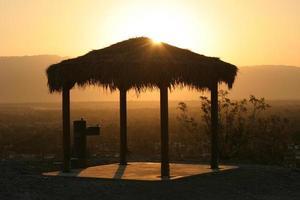 palapa ao nascer do sol foto