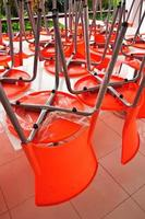 muitas cadeiras de plástico laranja contemporâneas foto