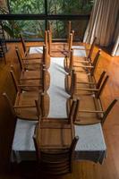 cadeiras e mesa foto