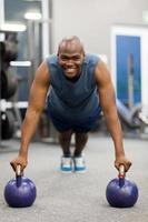 homem afro-americano na posição de prancha foto