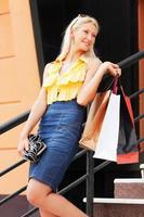 jovem com sacolas de compras foto
