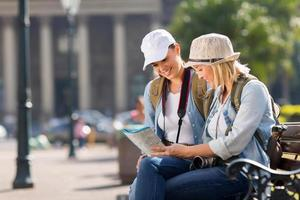 turistas olhando para um mapa